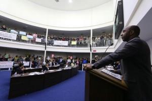 Eduardo Lopes recebe vaias por fala machista contra a vereadora Luzia. (Foto: Eduardo Toledo / CMTS)