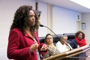 Eliane Dias, do SOS Racismo, durante exposição de mulheres negras em Taboão da Serra.