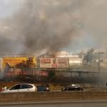 Fogo provoca fumaça que dificulta a visão dos motoristas (Foto: Taboão em Foco)