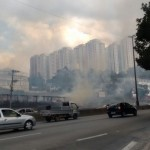 Foco do incêndio é no km 270 da Régis Bittencourt (Foto: Taboão em Foco)