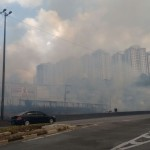 Pedestres também estão encontrando dificuldades devido a fumaça (Foto: Taboão em Foco)