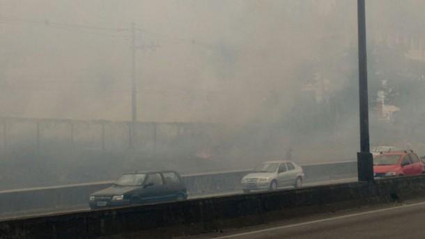 Motoristas e pedestres sofrem com fumaça causada por queimada (Foto: Taboão em Foco)