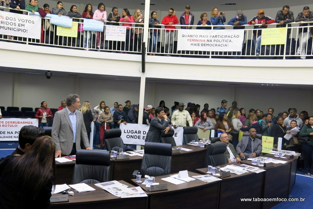 Protesto das mulheres na Câmara de Taboão da Serra contra falas machistas de vereadores.