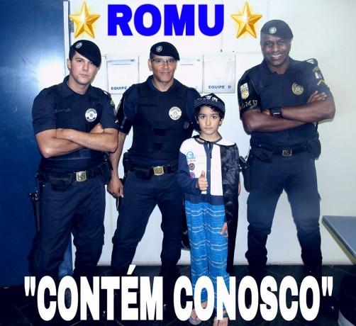 O pequeno Breno com os GCMs Alves, Lima e Ribeiro. (Foto: Fanpage Romu)