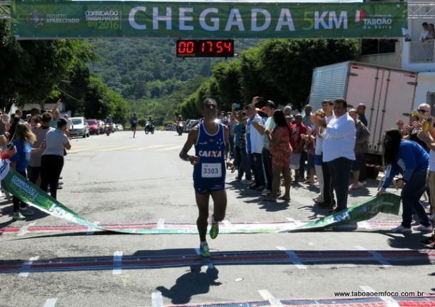 Sérgio Celestino da Silva conquista o bicampeonato na prova masculina da Corrida do Trabalhador em Taboão da Serra