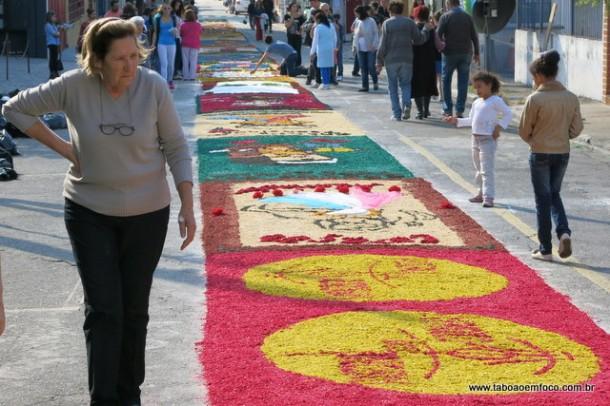 120 tapetes enfeitaram as ruas da região central de Taboão da Serra.