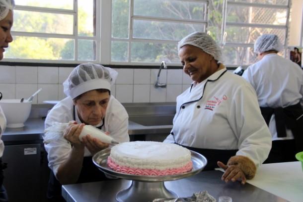 Foto 01: Desafio Cake Boss encerrou as atividades do curso de Confeitaria da Escola de Gastronomia (Foto: Flavia da Mata / PMTS)