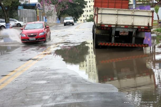 Mesmo sem chuva por horas, avenida no Jardim Monte Alegre continua alagada.