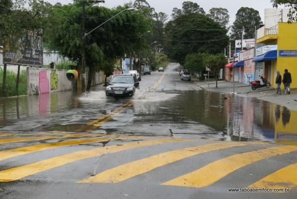 Mesmo sem chuva, avenida em ponto alto de Taboão da Serra fica alagada por horas após a chuva.