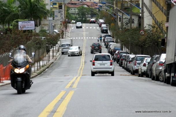 Placas espalhadas na Avenida Vida Nova diz que prefeito quer fechar via que liga o Jardim Maria Rosa a Rodovia Régis Bittencourt; Fernandes já garantiu até em vídeos que não fecha.