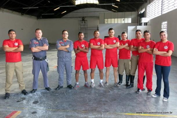 Bombeiros municipais (de vermelho) e militares começam a trabalhar no Posto de Taboão da Serra.