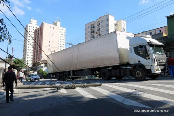 Caminhão se enrosca em fios e derruba poste no Jardim Monte Alegre.
