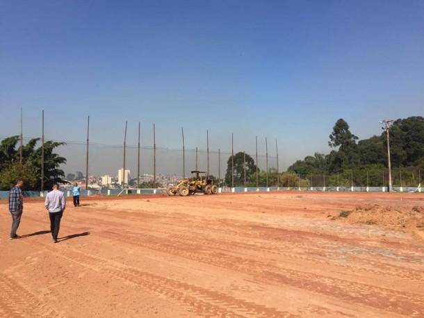 Máquinas trabalham no campo de futebol do Marabá Novo. (Foto: Reprodução / Facebook Fábio Fernandes)