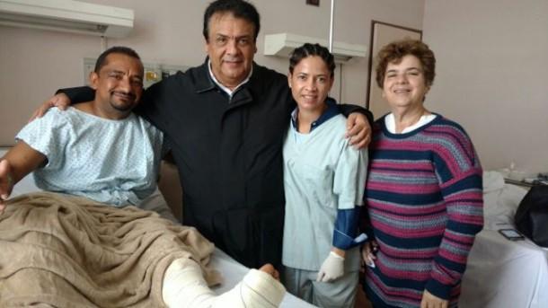 Presidente da Câmara Cido recebe a visita do prefeito Fernando e da secretária de saúde Raquel após cirurgia no tornozelo. (Foto: Divulgação)
