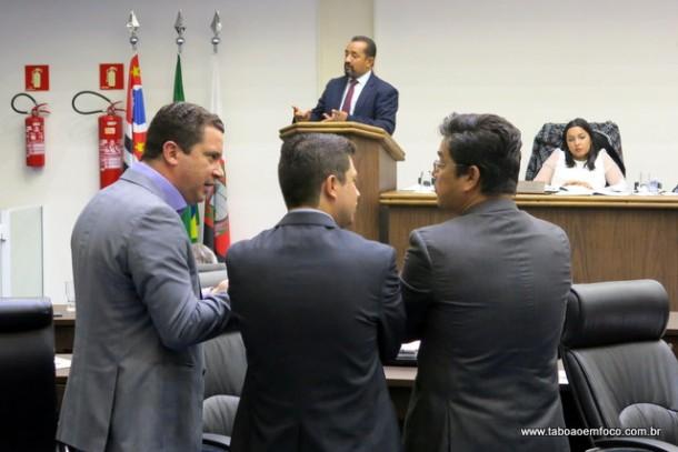 Presidente da Câmara, Cido, o líder do governo Eduardo Nóbrega e os vereadores Marcos Paulo e Ronaldo Onishi reclamam do prefeito Fernando Fernandes.