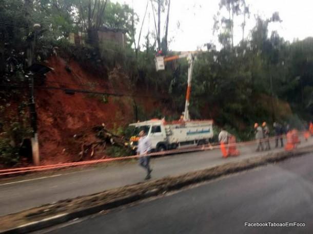 Avenida Francisco Morato chegou a ficar totalmente interditada no sentido Centro após deslizamento de terra.