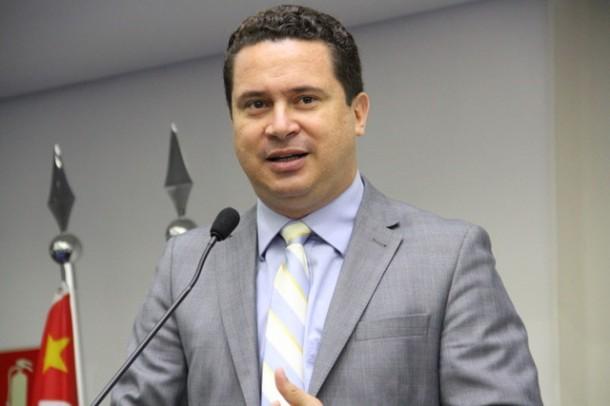 Eduardo Nóbrega, presidente da Câmara de Taboão da Serra nos anos de 2013 e 2014, celebra anulação do parecer que rejeitou as contas do seu primeiro ano de gestão. (Foto: Cynthia Gonçalves / CMTS)