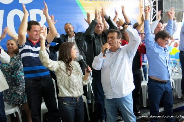 Ao lado da esposa e deputada Analice Fernandes, o prefeito de Taboão da Serra, Fernando Fernandes, celebra o evento do PSDB em Taboão da Serra