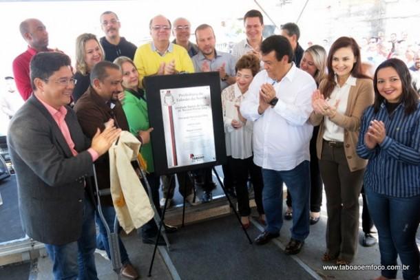 Ao lado da deputada Analice Fernandes e de nove vereadores governistas, Fernando Fernandes inaugura nova unidade de saúde.