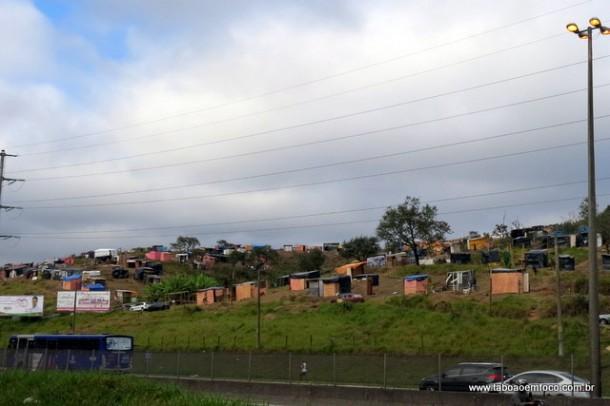 Terreno invadido nas margens da Rodovia Régis Bittencourt, na divisa de Embu das Artes com Taboão da Serra.