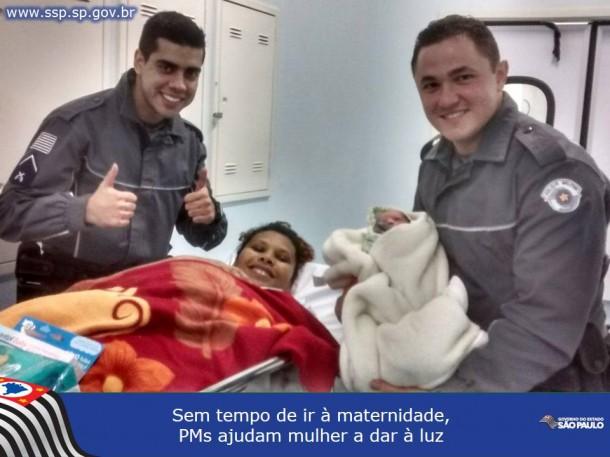 Soldado Ederson com a pequena Emanuele no colo, a mamãe Andréa e o soldado Medeiros (Foto: Divulgação/Polícia Militar)