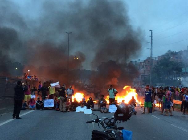 Rodovia Régis Bittencourt ficou bloqueada nos dois sentidos por horas. (Foto:  Leitora Paula Pucci / Whattsapp)