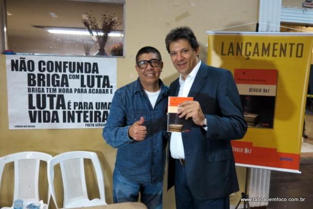 """O poeta Sérgio Vaz recebe a visita do prefeito de São Paulo, Fernando Haddad, no lançamento do livro """"Flores de Alvenaria""""."""