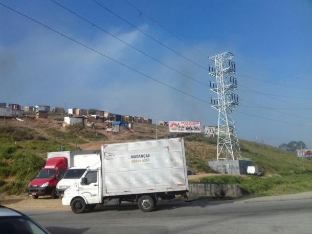 Terreno invadido na divisa entre Taboão e Embu das Artes sofre reintegração de posse.