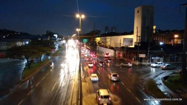 Chuva deixa trânsito intenso em Taboão da Serra.