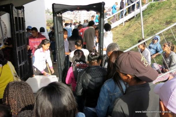 Pessoas tiveram que passar por detector de metais para ficar próximo da presidente Dilma.