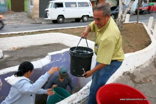 Sem água em casa, família saiu do Jardim Trianon para buscar água no Parque Pinheiros.