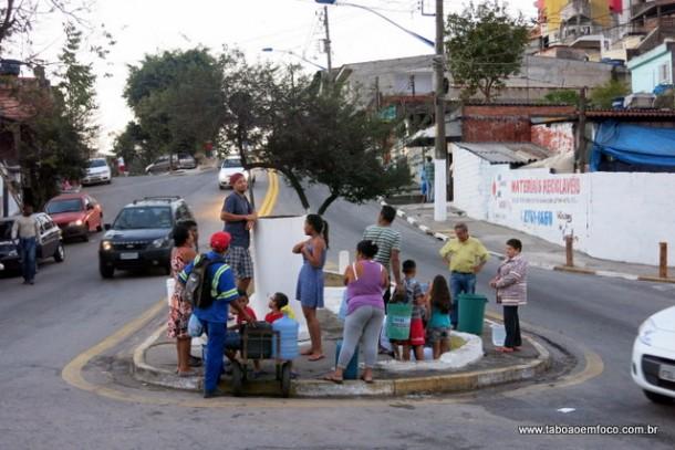 Fila para conseguir um pouco de água na 'biquinha' do Parque Pinheiros.