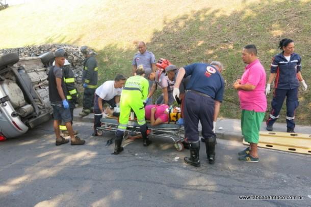 Mulher recebe atendimento médico após ser atropelada na calçada.