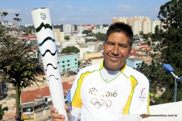 Rogério Zeferino tinha orgulho em mostrar a tocha olímpica, que carregou na véspera das Olimpíadas do Rio 2016.