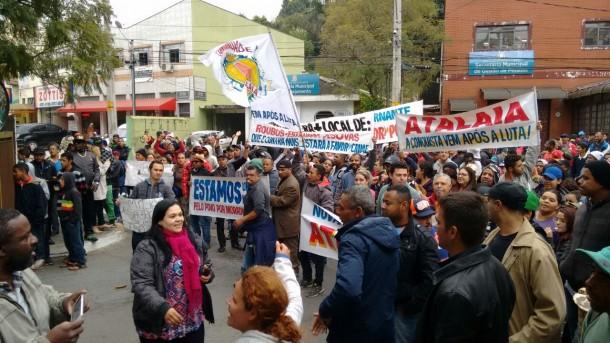 Sem Tetos gritam palavras de ordem durante manifestação (Foto: Taboão em Foco)