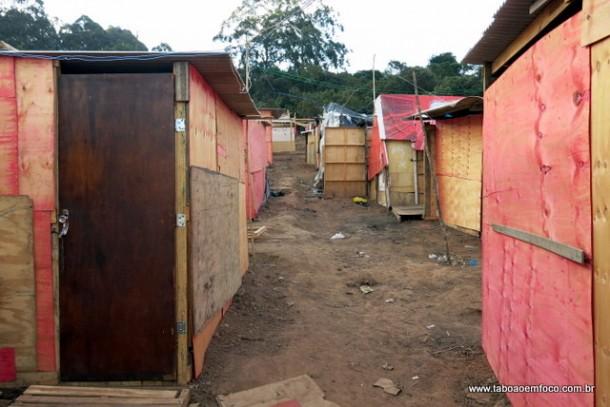 Barracos construídos em terreno invadido no Parque Laguna.