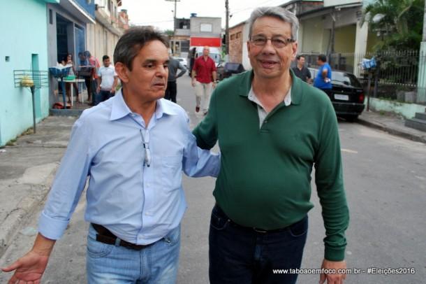 O novo vice, Betinho, caminha ao lado de Buscarini no Jardim Helena.