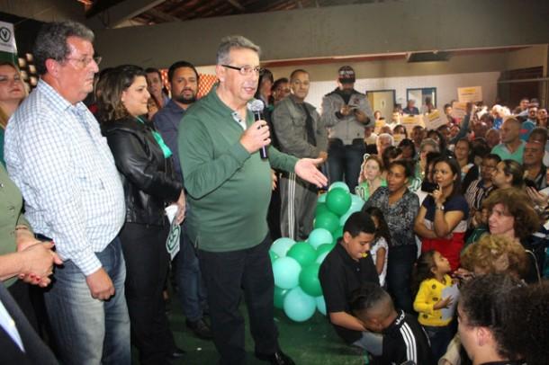 Buscari discursa durante convenção que homologou seu nome como candidato a prefeito.