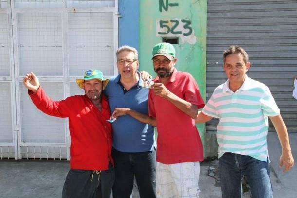 Buscarini posa para fotos com eleitores. (Foto: Eduardo Toledo)
