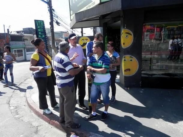 Evilásio conversa com moradores e tenta voltar ao comando da Prefeitura de Taboão da Serra. (Foto: Rose Santana)