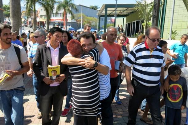 Fernando iniciou sua caminhada em frente ao Poupatempo. (Foto: Allan dos Reis)