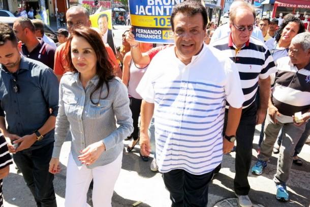 Ao lado da esposa e deputada Analice, Fernando Fernandes inicia corpo a corpo em busca da reeleição. (Foto: Allan dos Reis)
