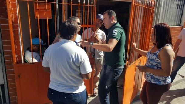 Candidato Vítor Medeiros conversa com moradores de Taboão da Serra. (Foto: Sandra Pereira)