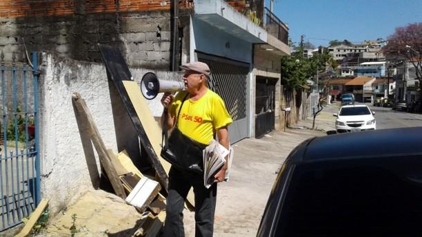 Com megafone, Stan sai às ruas atrás de votos em Taboão da Serra. (Foto: Gilmar Júnior)