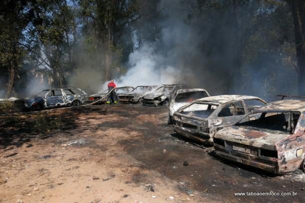 Carros queimam em incêndio em Taboão da Serra