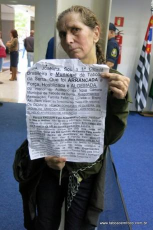 Durante sessão, mulher se acorrenta em pilastra da Câmara de Taboão da Serra.