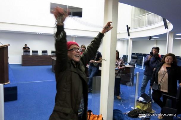 Após decisão judicial, mulher termina protesto na Câmara que durou 72 horas.