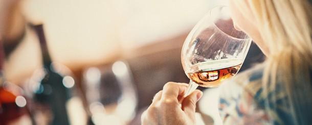 Mullher bebendo vinho_SenacTaboao