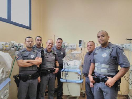 Morre o bebê recém-nascido resgatado por poliiciais. (Foto: Divulgação)