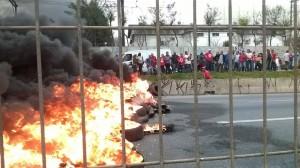 Militantes do MTST protestam na Régis Bittencourt (FOTO: Facebook/MTST)